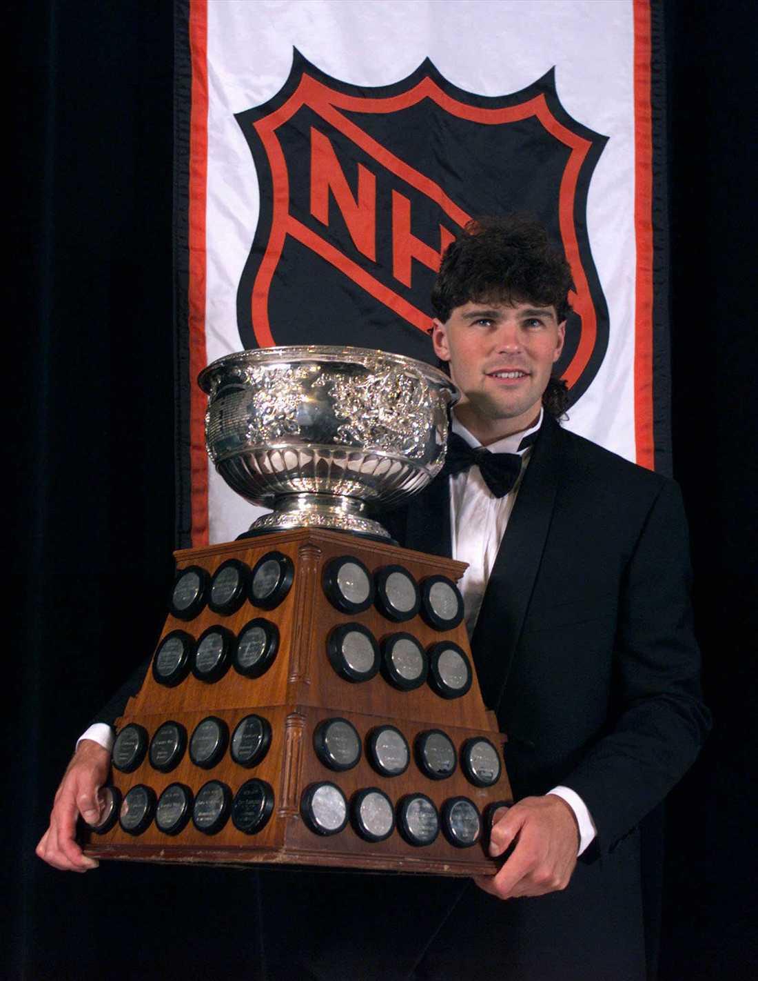 Jagr med Art Ross Trophy för flest gjorda mål i NHL säsongen 1997/98.