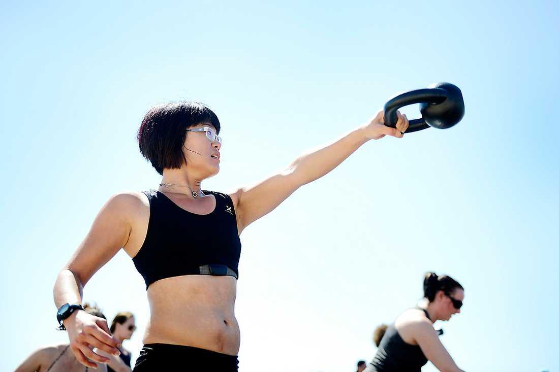 Swing it, Sanna Andersson, swing it! Kettlebells, situps och annat jobbigt blir lättare under blå himmel.