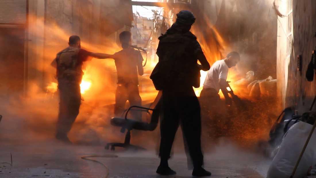 Men de hinner inte gå till attack. Gränden fylls av eld när en granat från stridsvagnen briserar.