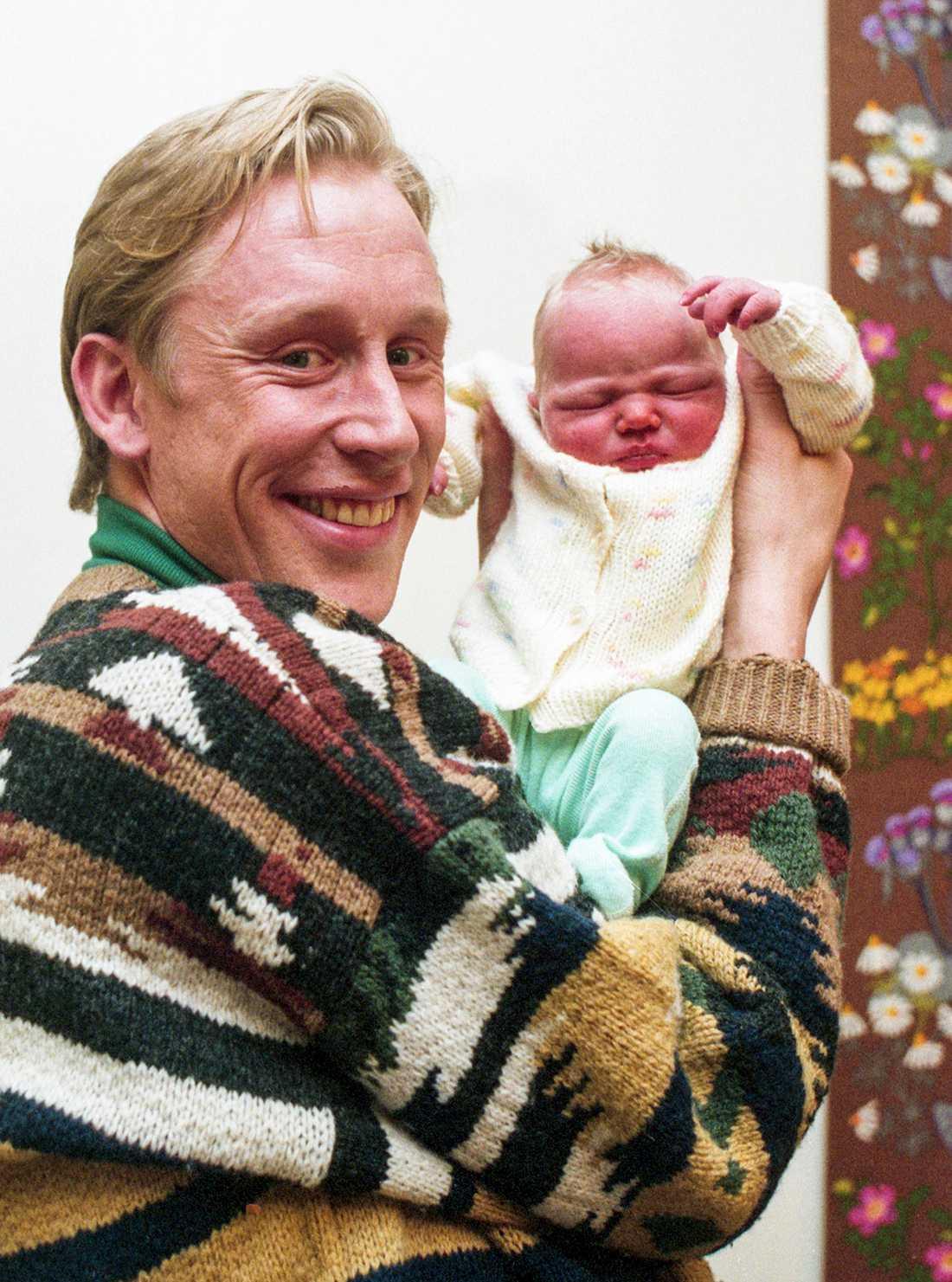 Gunde med dottern Julia, bara två dagar gammal.