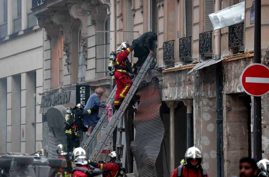 Brandmän evakuerar människor efter explosionen i Paris