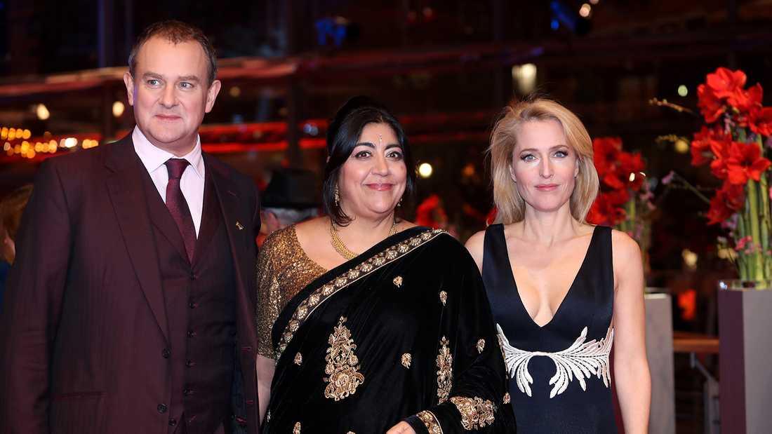 Hugh Bonneville anländer till filmgalan i Berlin med manusförfattaren Gurinder Chadha och skådespelaren Gillian Anderson.