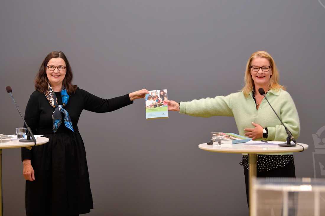Lotta Edholm (till höger) överlämnar sina utredningsförslag om språkförskola och obligatorisk förskola för femåringar till utbildningsminister Anna Ekström.