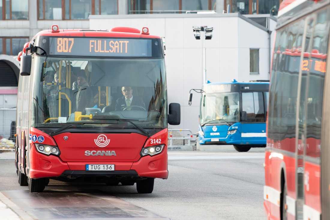 Resenärer vittnar om fullsatta bussar under onsdagsmorgonen, trots råden om att hålla avstånd för att minska smittspridningen.