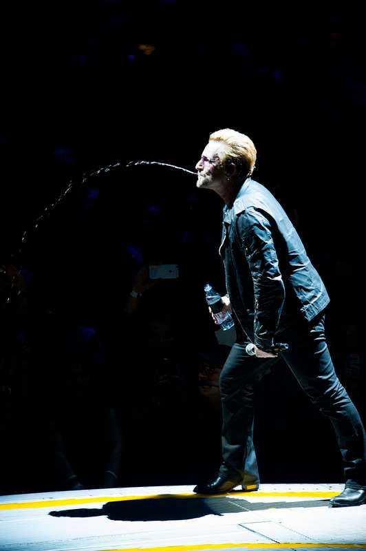 SPOTTLIGHTEN PÅ STJÄRNAN Bono släcker som alltid törsten - och skickar en stråle som på storbildsskärmen ser ut att hamna rakt på The Edge.