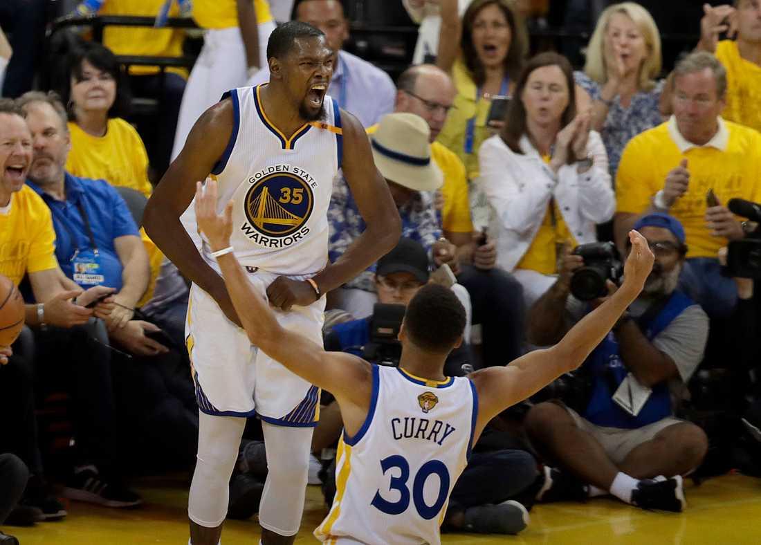 Golden States forward Kevin Durant firar poäng under matchen med Stephen Curry.