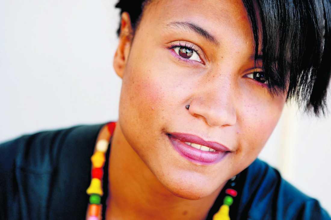 """Förra året tackade hon nej. Men i år är Pauline Kamusewu en av fyra jokrar i Melodifestivalen. Bidraget """"Sucker for love"""" beskriver hon som en glad souldoftande cabaretlåt."""