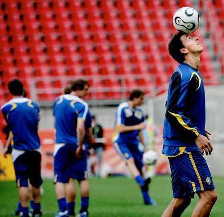"""går sin egen väg - igen Zlatan väljer att stå över matcherna mot Spanien och Island. Vad som händer sen vet ingen. """"Det är inte särskilt märkligt. Han är ett barn av sin tid, en av hundra bortskämda unga grabbar med miljoner på banken och sig själva som sin enda religion"""", skriver Sportbladets Simon Bank."""