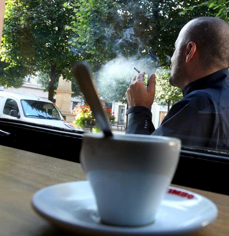 Slutrökt? Snart kan det bli förbjudet att röka även på uteserveringarna?