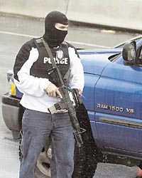 VERKLIGHETEN OCH SPELET Till vänster en polisman som genomsöker bilar efter att prickskytten, den så kallade  snipern , slog till igen i Washington DC i tisdags. Till höger dataspelet Counter-Strike som enligt en teori påverkat prickskytten.