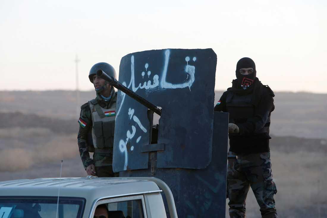Peshmerga-styrkor närmar sig staden österifrån.