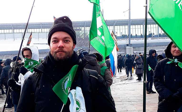 Ryske journalisten Mika Velikovskij utanför Luzkniki-arenan som uppklädd och betald Putinanhängare.