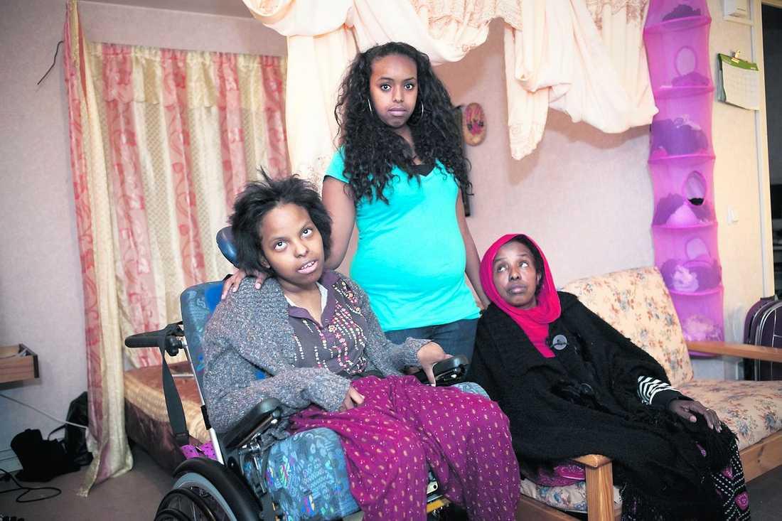 """beroende av sin mamma Sarah, 20, bor med sin syster Raoid, 17, och sin mamma Halimo som alltid tagit hand om henne. """"De är som en person, man kan inte sära på dem"""", säger lillasyster Raoid."""