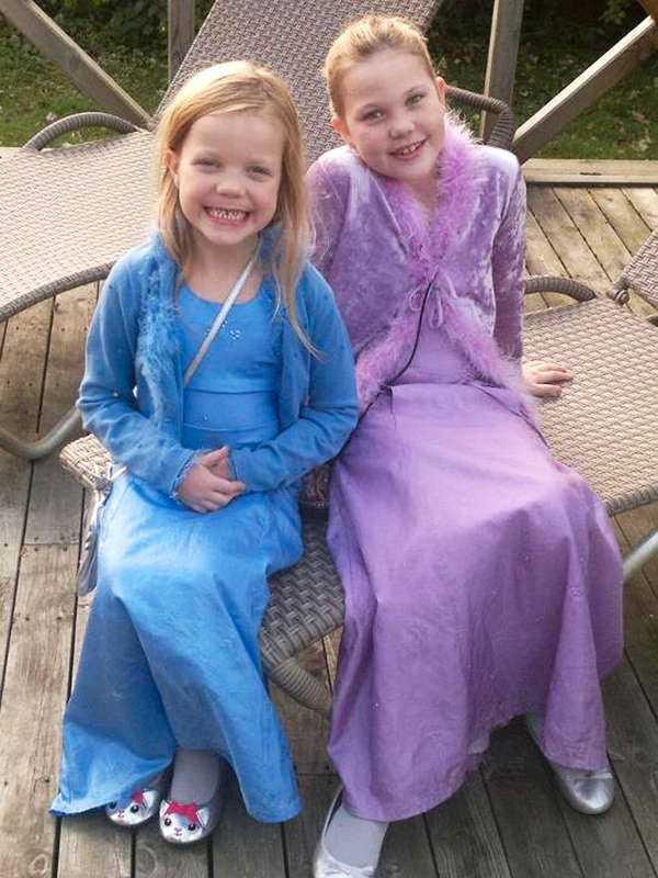 Firade påsk  Nanna, 8, och Sarah, 6, dog i lågorna. I huset fanns även deras föräldrar och två vänner till familjen. När räddningstjänsten kom till huset i Härja, söder om Tidaholm, i förrgår var det redan totalförstört.