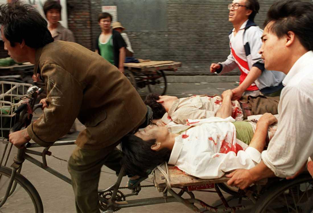 Många av de som skadades under massakern på Himmelska fridens torg i Peking 1989 fördes till sjukhus av meddemonstranter på cykel. Än i dag är det oklart hur många som miste livet i den kinesiska militärens angrepp på demonstrationen, men tusentals tros ha dödats eller skadats. Arkivbild.