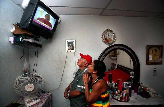Slumområdet El Valle i utkanten av Caracas. Hugo Chavez på TV.