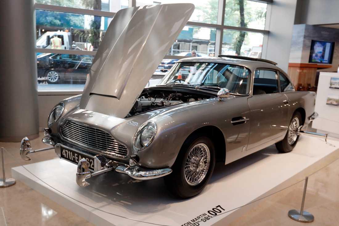 En av tre orginalbilar av Aston Martin DB5 såldes  på Sotheby's i New York för rekordpriset 60,6 miljoner.