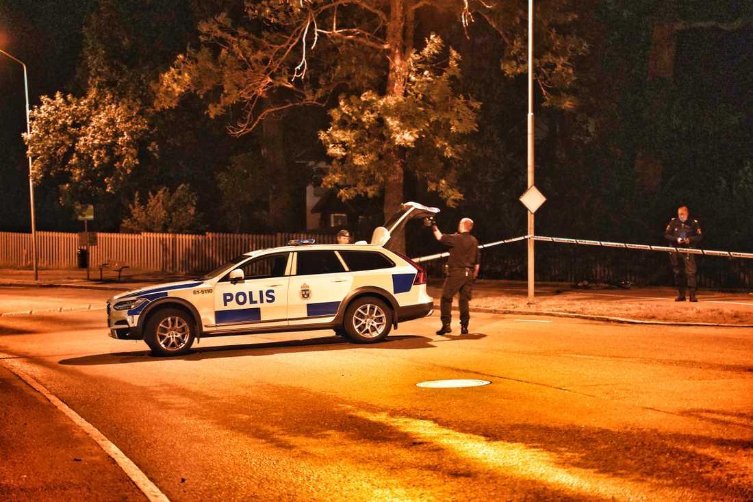 Polisen spärrade av ett stort område nära centrala Växjö efter skottlossningen.