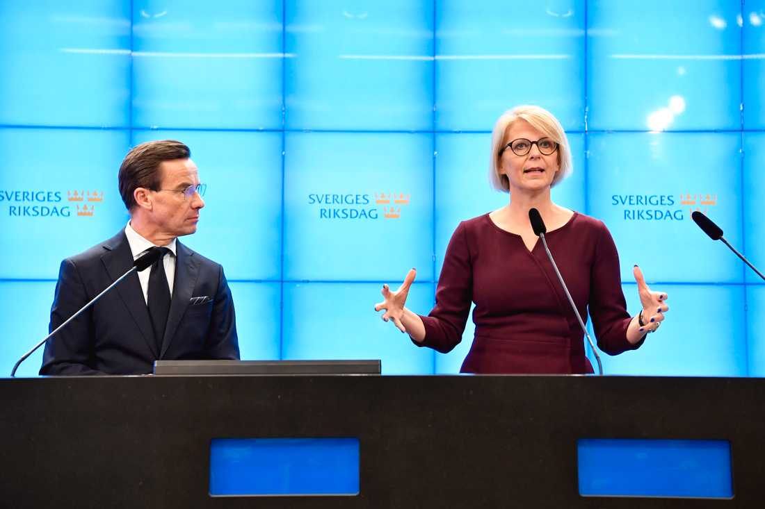 Moderaternas partiledare Ulf Kristersson och M:s ekonomisk-politiska talesperson Elisabeth Svantesson vill att företag tillfälligt ska slippa betala arbetsgivaravgift.