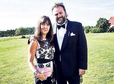 Alex Schulmans radio-kollega Adam Alsing kom tillsammans med frun Anette. – Det känns jättekul att Alex och Amanda gifter sig, sa Adam.