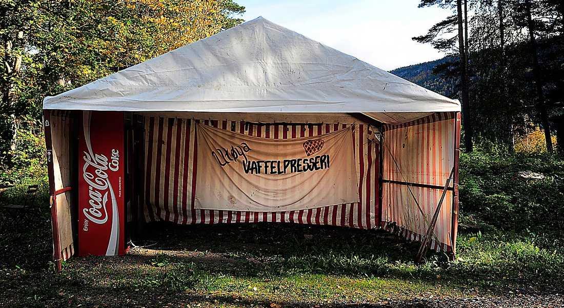 Våffeltältet står kvar. Matsedeln från den 22 juli sitter fortfarande uppsatt. Men ungdomarna är borta. Synen mötte media när de första gången fick kliva i land på Utøya efter terrordådet.