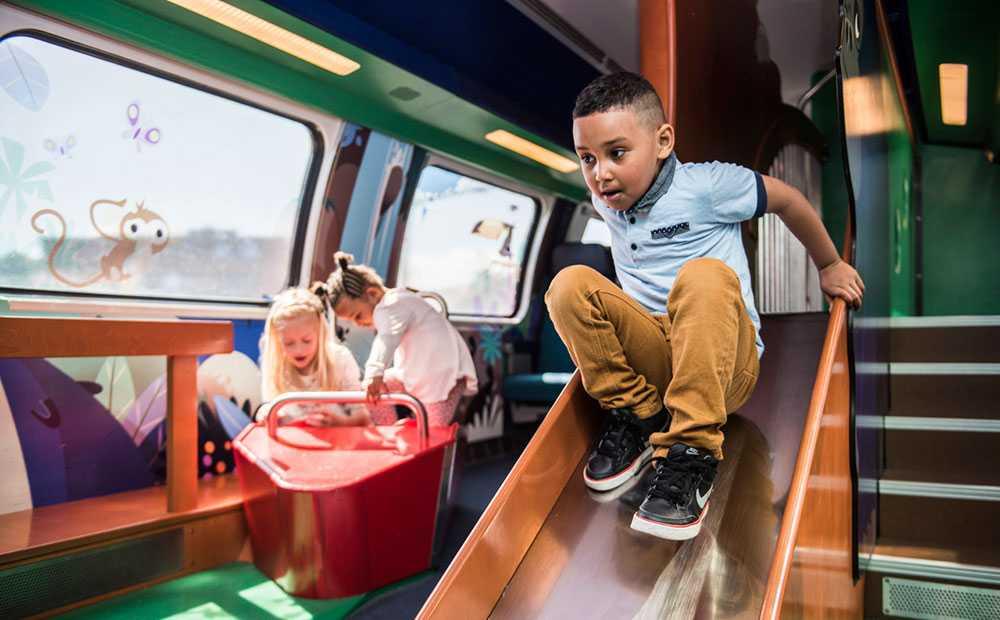 I Schweiz har man förvandlat en tågvagn till lekland för alla barn med spring i benen.