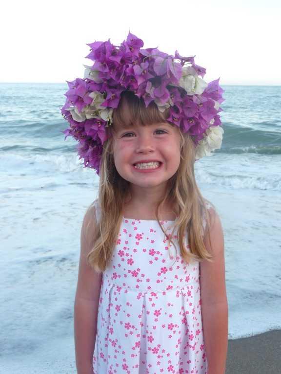 Bouganvillakrans Emma Gómez de León Nilsson bor i Fuengirola, Spanien och firar midsommar på stranden med många andra svenskar, hälsar hennes mamma Erica Nilsson.