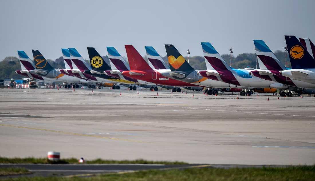 Flyg från olika bolag som på grund av viruset parkerats i Düsseldorf i Tyskland. Arkivbild.