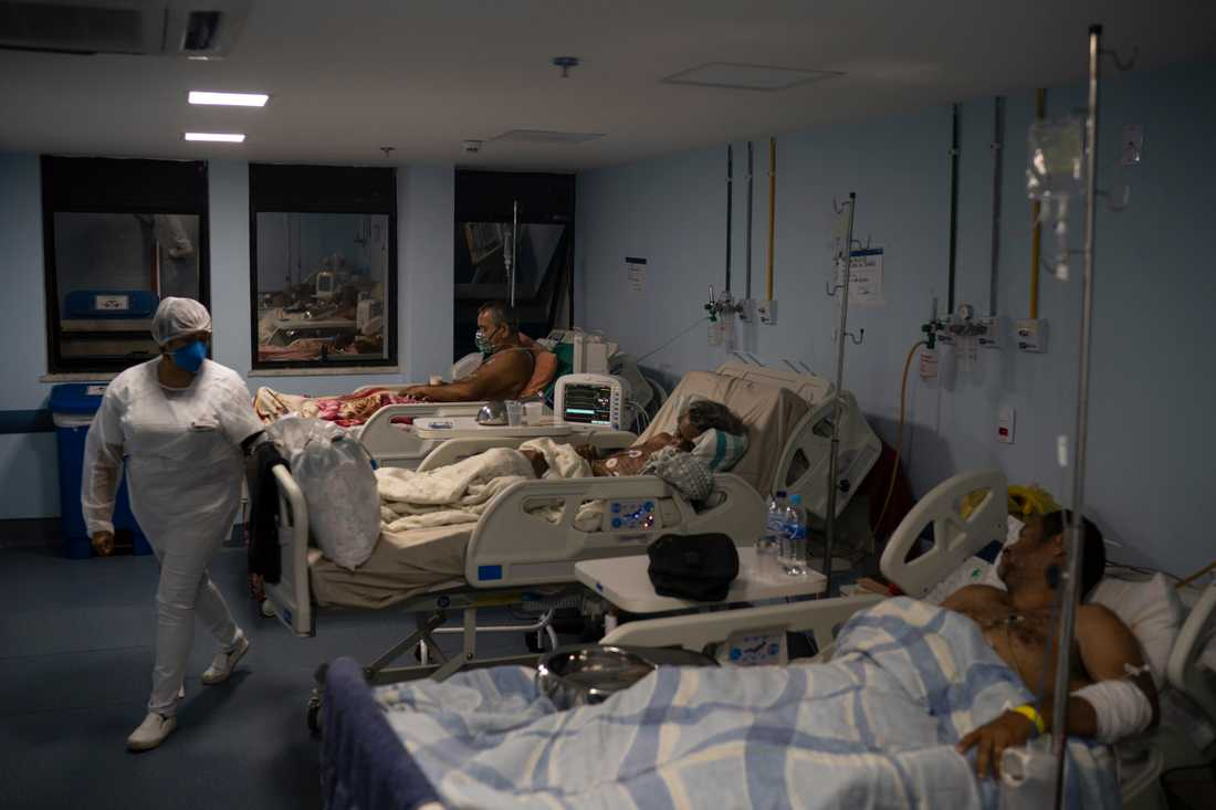 En läkare på Albert Schweitzer-sjukhuset i Rio de Janeiro berättar att personalen tvingas binda fast patienter i sina sjukhussängar.