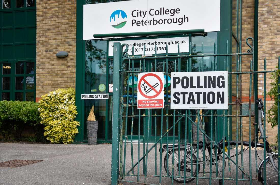 Trycket är inte särskilt hårt på vallokalerna i torsdagens lokalval i England och Nordirland. Valdeltagandet väntas bara ligga kring 30 procent på många håll.