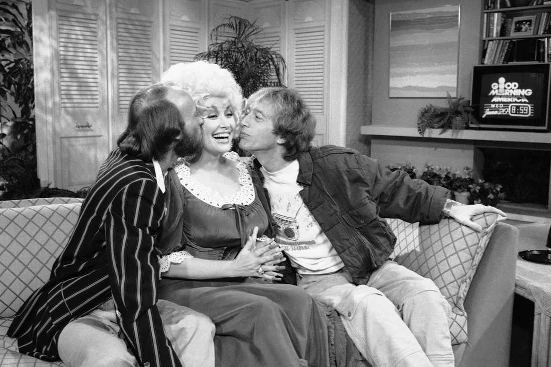 Morris Gibb, Dolly Parton och Robin Gibb i tv-showen Good Morning America 1984