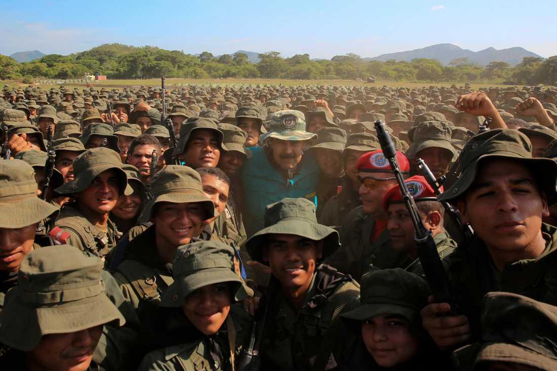 Venezuelas president Nicolás Maduro lät sig fotograferas tillsammans med tusentals kadetter i samband med ett tal vid en militärbas i delstaten Cojedes.