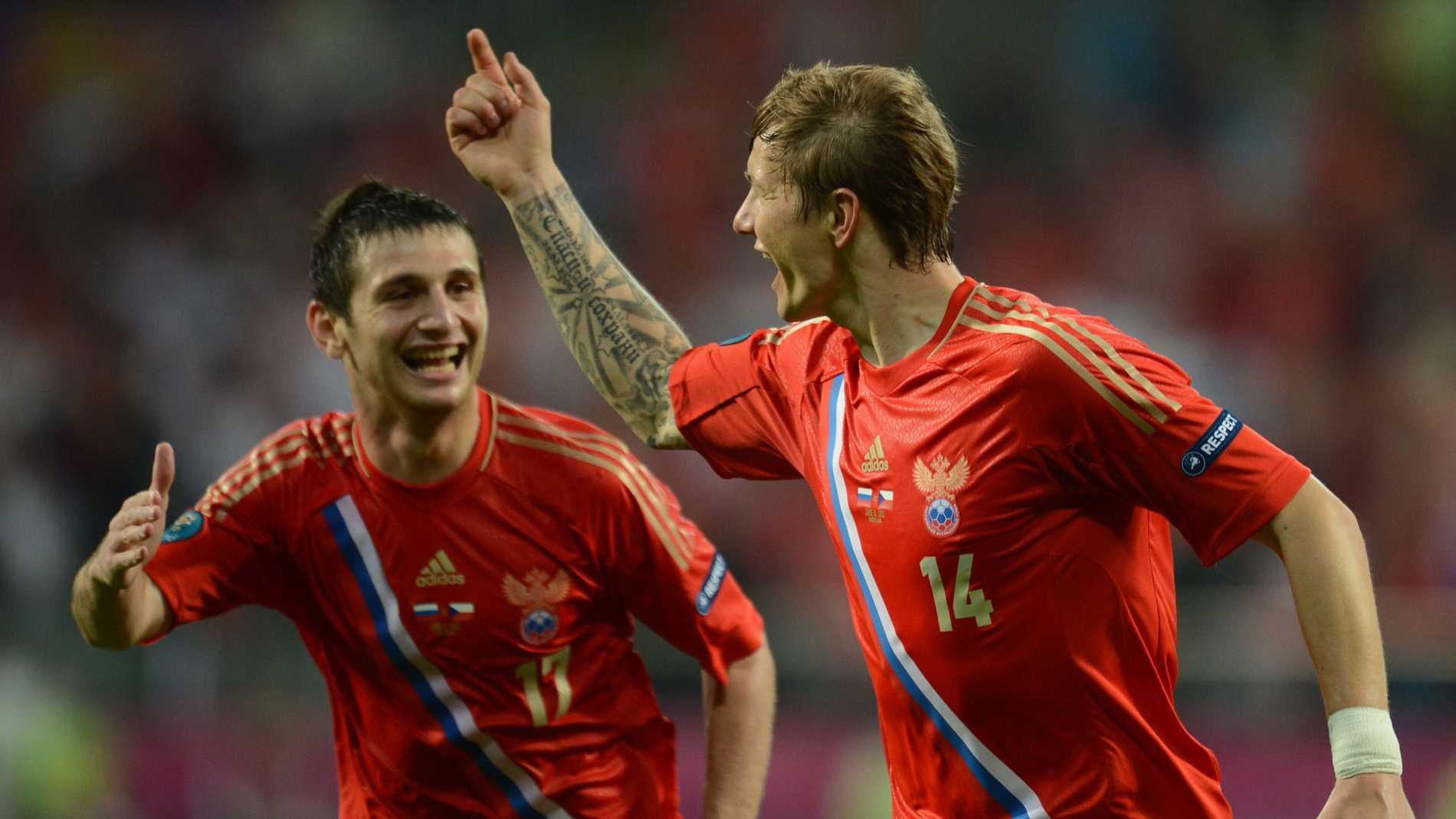 Alan Dzagojev, till vänster, Roman Pavljutjenko, till höger, firar ett mål för Ryssland.