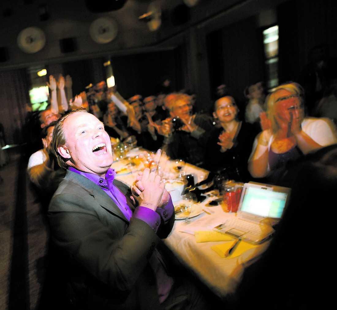 Jublar Richard Falkvinge, partiledare för Piratpartiet, gläds över den senaste mätningen.