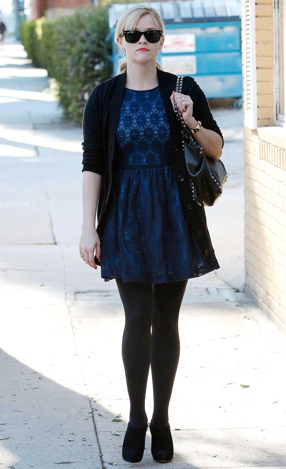 Reese Witherspoon är sockersöt i blått och svart.