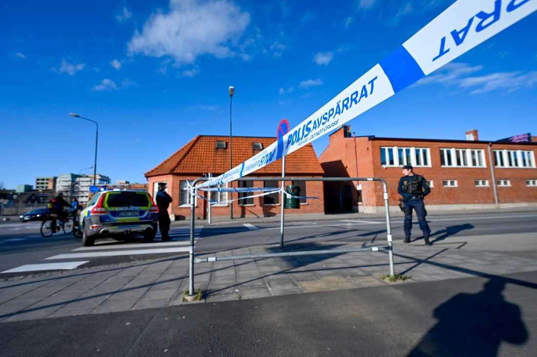 Polis spärrade av ett stort område efter fyndet på Industrigatan mitt i Malmö. Nu söker man vittnen.