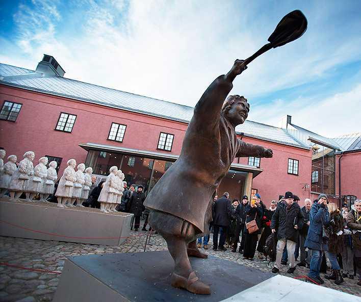 """konst och politik Inför 400 människor avtäcktes Susanna Arwins verk """"Med handväskan som vapen"""" och """"Tantfullness"""" (i bakgrunden) på Varbergs fästning. Nu startar en politisk strid om var tanten med handväskan ska placeras."""