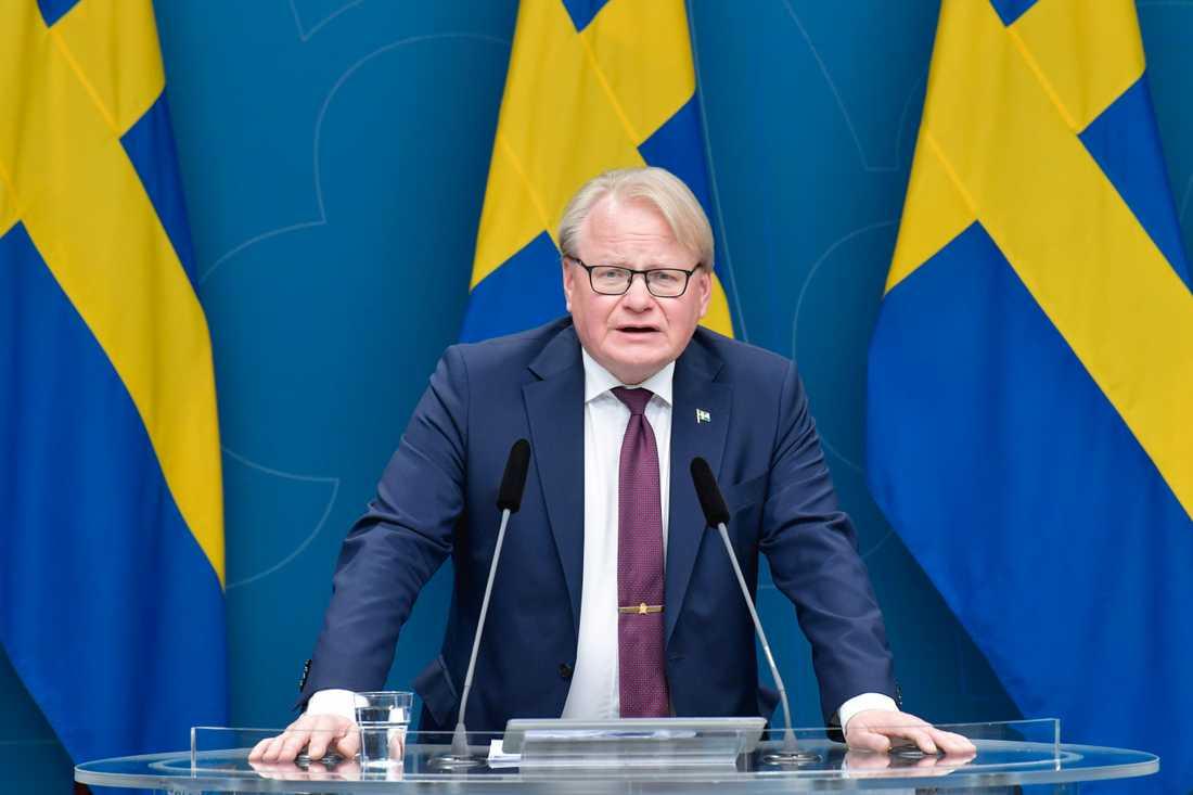 Försvarsminister Peter Hultqvist (S) presenterar den största satsningen på försvaret sedan 1950-talet, enligt egen utsago.