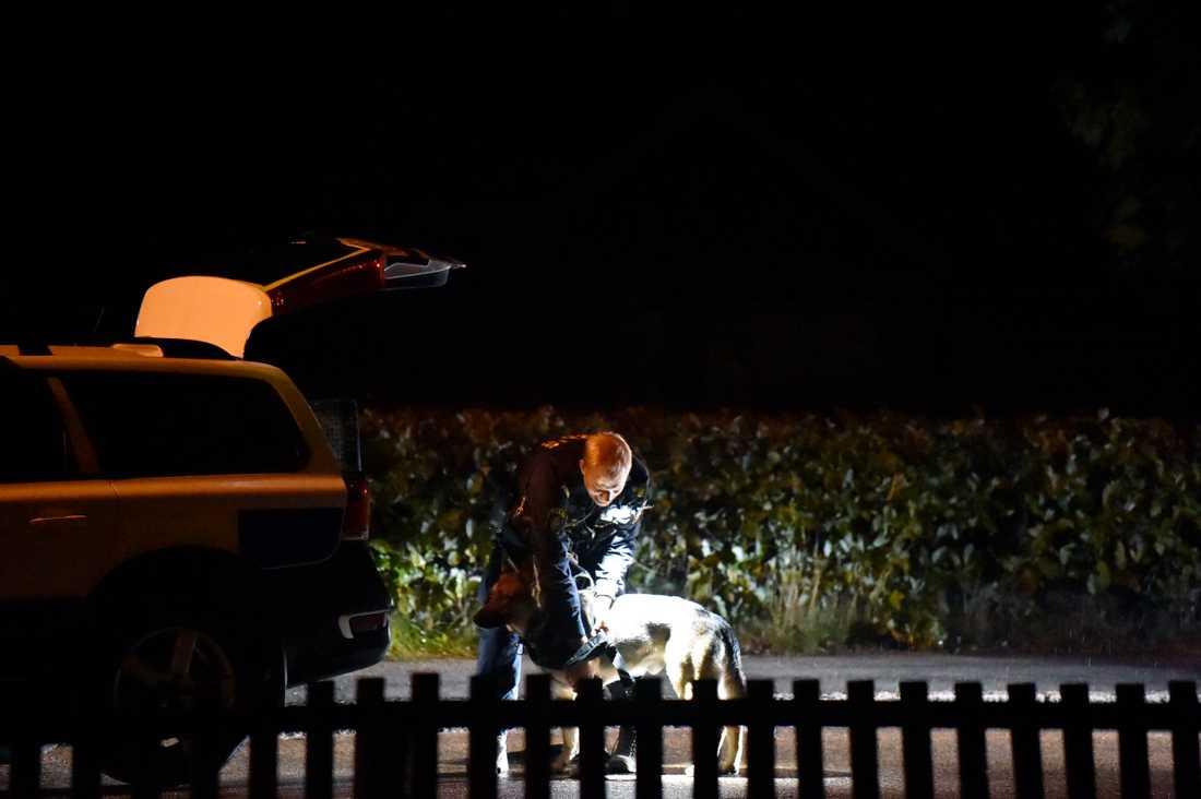 Polisen var på plats bland annat med en hundpatrull.