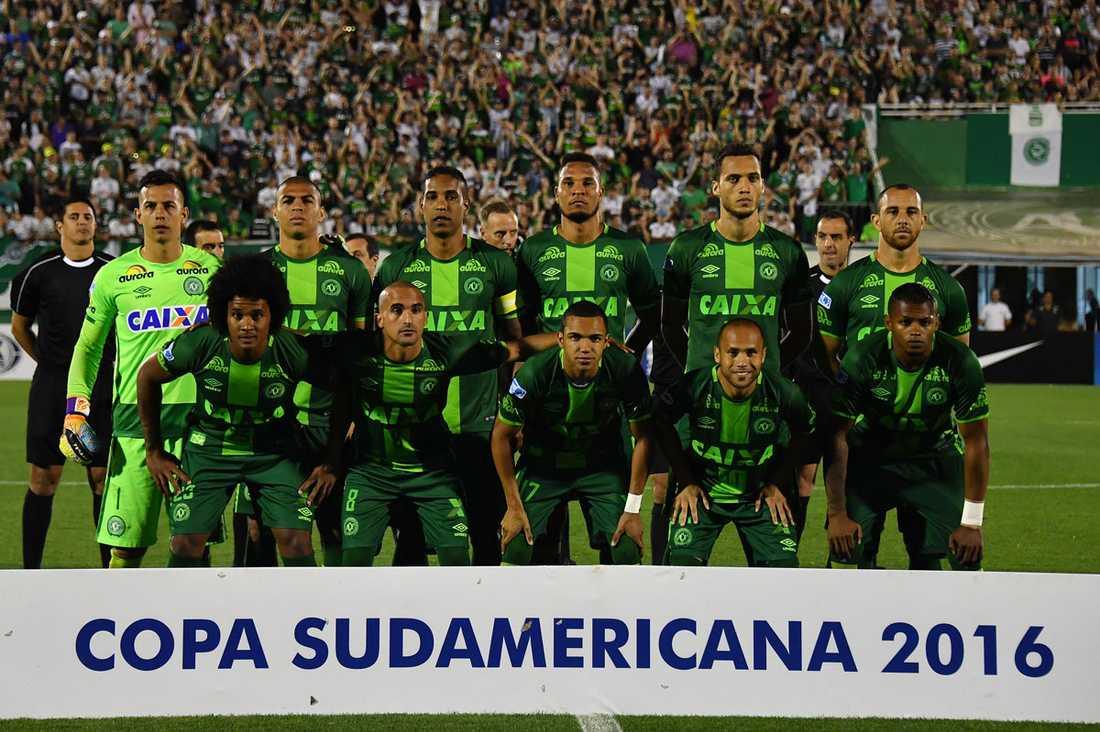 Del av det brasilianska fotbollslaget Chapecoense ställer upp på lagbild inför en match den 23 november i Copa Sudamericana.