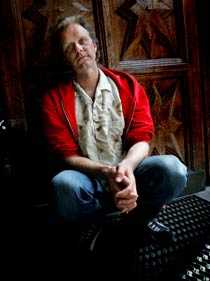 """SKRÄCK I FÖRORTEN John Ajvide Lindqvist fick sitt genombrott som författare med """"Låt den rätte komma in"""", en roman om en vampyr i Blackeberg. –?Ett glamrockband skickade mig en skiva där en av låtarna handlar om Blackeberg som skräckens förort. Folk går numera runt och tittar på olika platser som finns med i boken."""