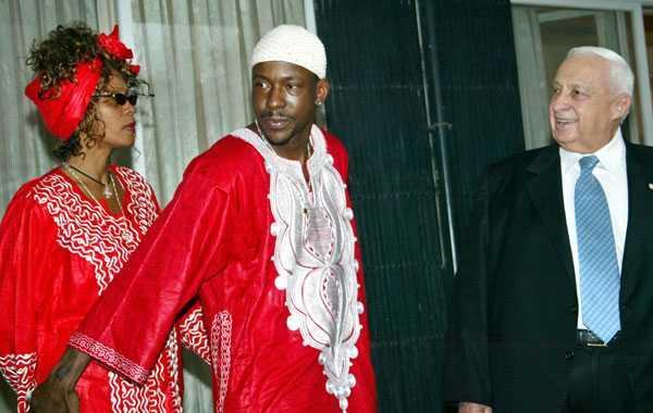 Whitney och maken Bobby Brown på besök i Israel, tas emot av premiärminister Ariel Sharon.