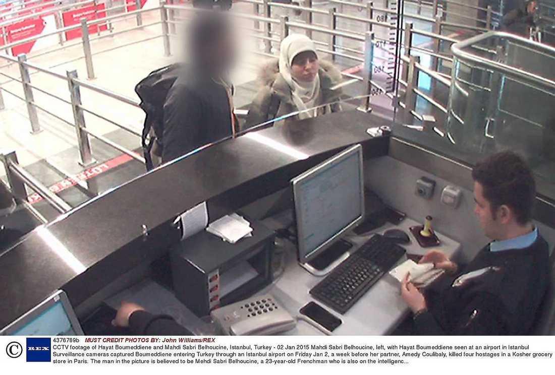 SÅGS PÅ FLYGPLATSEN Hayat Boumeddiene fångades på en övervakningskamera tillsammans med en man när hon reste in i Turkiet.
