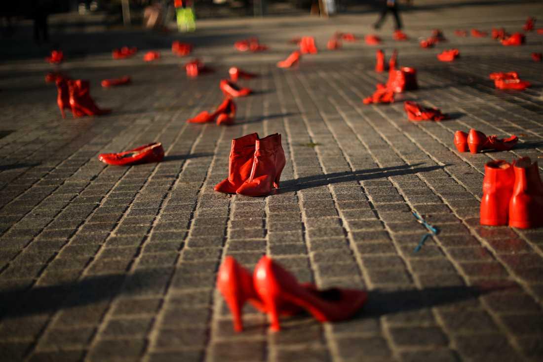 Skor placerades ut som en protest mot kvinnovåld, under en manifestation i Bryssel 2019.