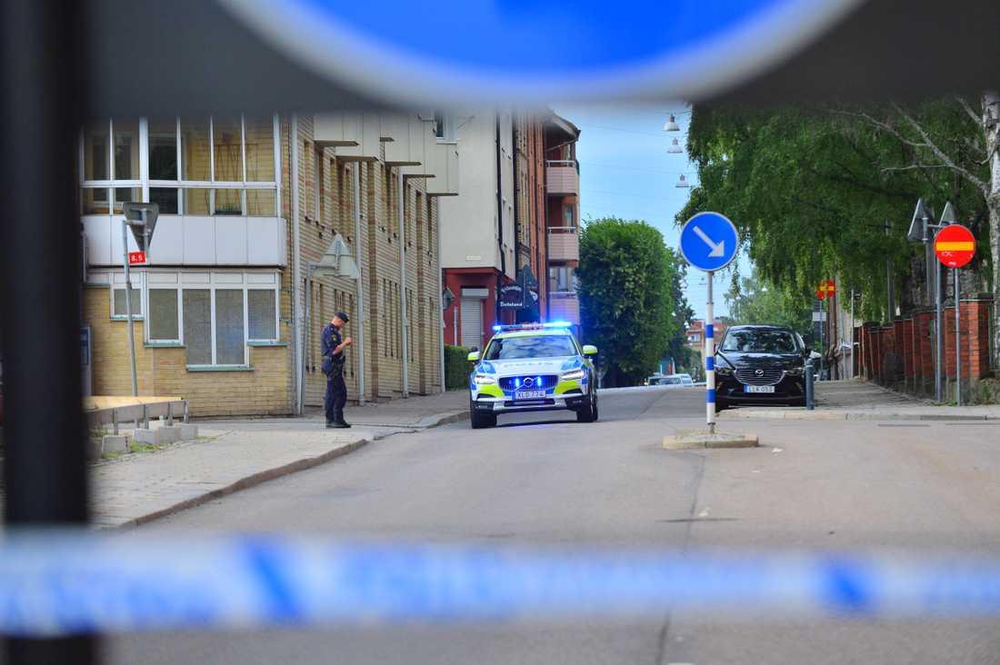 Polisen har spärrat av flera gator i Norrköping.