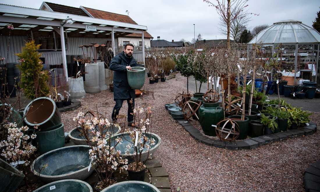 Bobby Seger, vd för Flyinge Plantshop, bland krukor och växter i handelsträdgården utanför Lund.