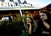 Har du kul? Rebecca och Hanne tar sig lite luft och funderar över kvällen.