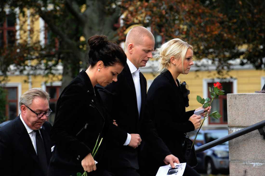 Stefan Livs näre vän Johan Davidsson sörjer under begravningen.