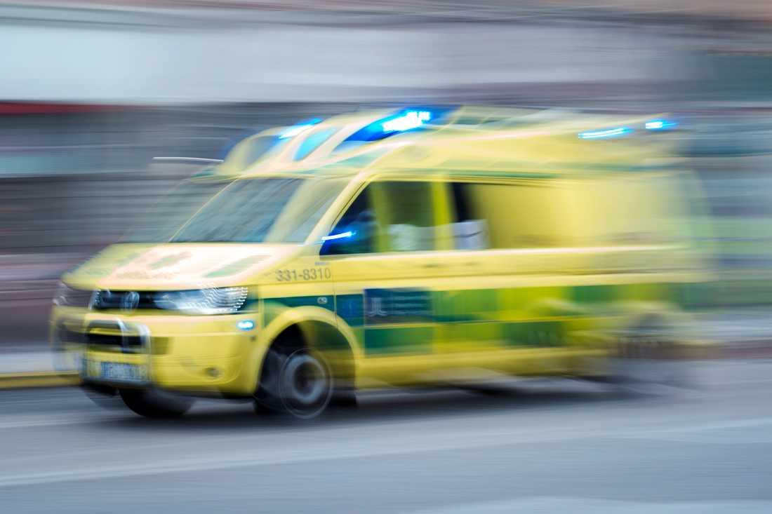 Två personer har förts med ambulans till sjukhus efter att de knivskurits på ett asylboende utanför Halmstad. Arkivbild.