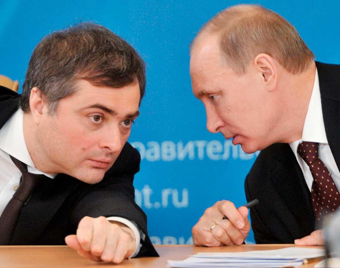 Rådgivaren Vladislav Surkov och president Vladimir Putin under ett samtal i februari 2012.